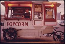 Old-fashioned popcorn stand in New Ulm, USA. Photo Schulke, ca. 1975, flickr commons.