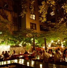 Rohkost Restaurant nur vegan: Pure food and wine, New York City: Im Garten am Abend